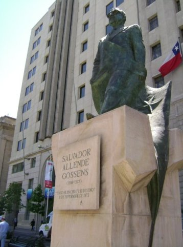 Statue of Allende keeps watch over La Moneda. Author's photo.